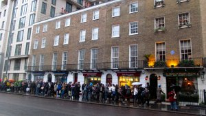 I was in Baker Street to get my hair cut, but here's the queue for the Sherlock Holmes Museum in Baker Street, at about three o'clock this afternoon... ;)